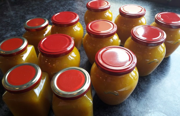 Yellow tomato and yellow pepper relish